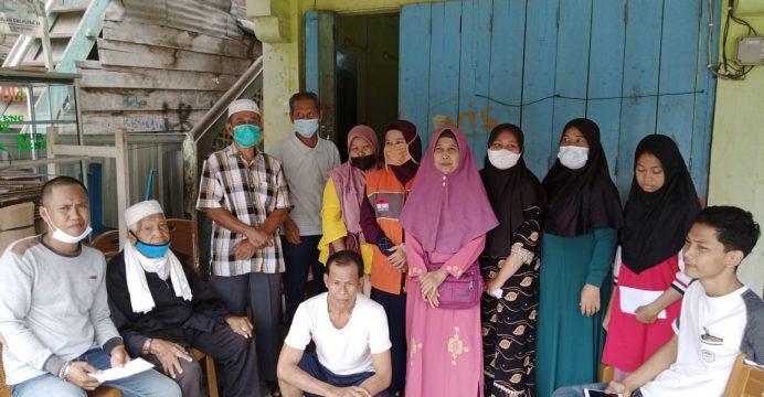 Mahrub (paling kiri), Jamiin (duduk berpeci) dan keluarga korban kebakaran lainnya saat berfoto bersama relawan Rumah Zakat usai serah terima bantuan.
