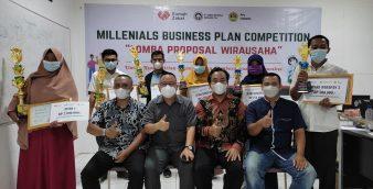 Para pemenang dan dewan juri berfoto bersama usai terselenggaranya Millenials Business Plan Competition yang digelar oleh Rumah Zakat bersama PT. Semen Baturaja dan didukung oleh Program Pascasarjana Universitas Baturaja, Sabu (23/10) di gedung PPs Unbara.